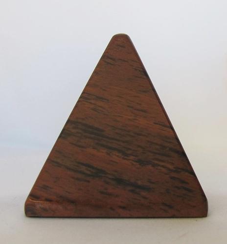 mahonie-obsidiaan piramide